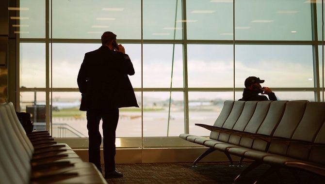 Passagers salle embarquement
